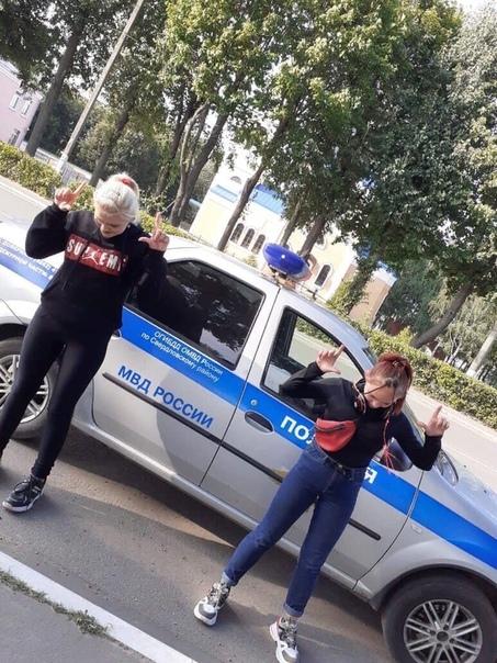 Школьницы насмотрелись фильмов про хулиганов и решили сделать весьма «опасную» фотосессию, чтобы произвести впечатление на