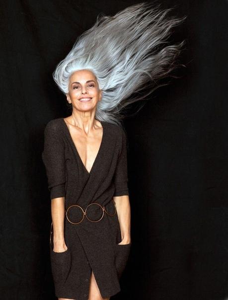 Эту женщину критикуют за то, что у нее полностью седые волосы! И она ничего с этим не делает, считая седину красивой.А вы согласны с нейЖенщине 63 года, она недавно решила стать