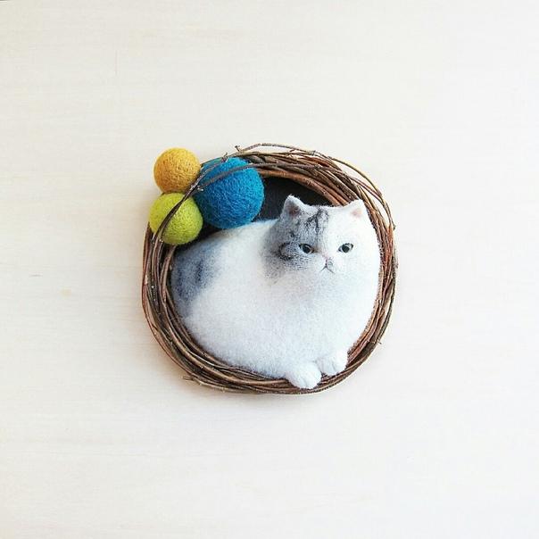 Японская мастерица Mao, известная под ником mosscat25, посвятила свои дни созданию войлочных котиков, преимущественно брошей