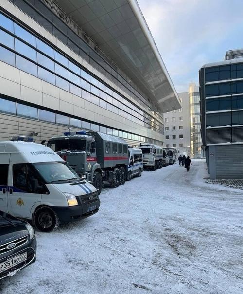 Вот такая картина сейчас у аэропорта Внуково, в который через несколько часов прилетает Навальный Вот уж действительно, никому не нужный