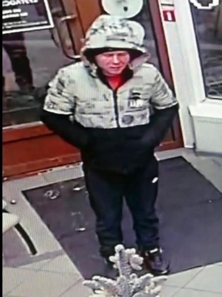 В Красноярске задержали маньяка, который изнасиловал продавщицу в цветочном павильоне «Крона» на Мичурина Ранее волонтеры попросили помочь найти подозреваемого в преступлении, он попал на камеры