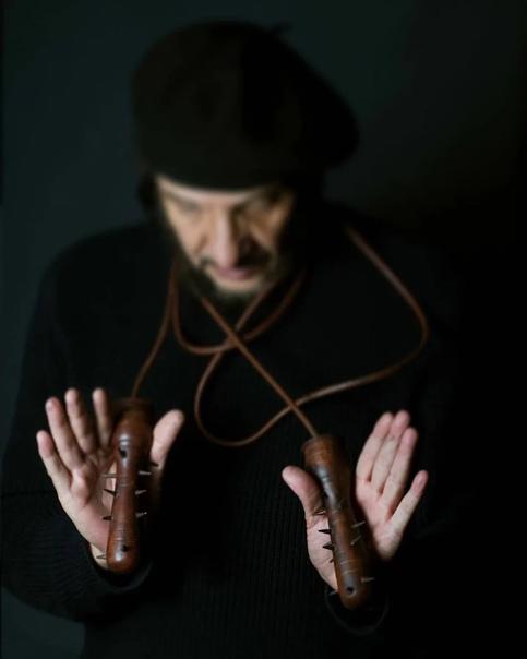 Эрнесто Маренко - современный художник, который на полном серьезе называет себя поэтом Вообще-то настоящим поэтом был его отец, ссыльный политик из Никарагуа, который волей судьбы оказался в