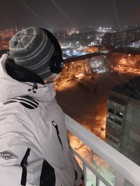 Красноярский 22-летний парень Изунхо, работник М Видео и любитель аниме, разочаровался в жизни, запилил на страничку ВКонтакте отложенный прощальный пост и сиганул с балкона. Молодой человек