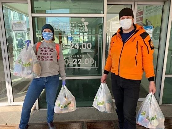 Инна Бабина и Антон Бояршинов развозят продуктовые наборы