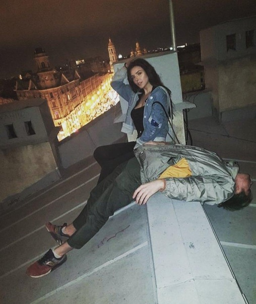 В Санкт-Петербурге сорвались с крыши и погибли молодой руфер и его девушка В Санкт-Петербурге, на улице Рубинштейна, сорвались с крыши и погибли 23-летний Александр С. и его спутница. Парень, по