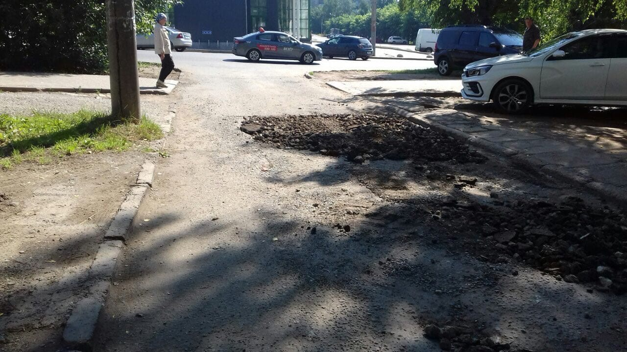 Улица Конева дом 5(засыпка глубоких ям )