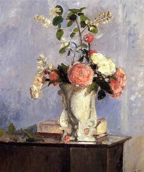 Хороши букеты Камиля Писсарро не только своей красотой, но и основательностью. В первой картине и букет пышный и ваза ему под стать большая и основательная. И цветы по центру, поверхность стола