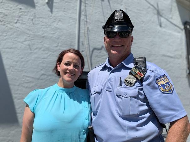 Её ангел-хранитель. В США полицейский полчаса пролежал на дороге, успокаивая умирающую.Офицер из Филадельфии лёг посреди дороги, чтобы успокоить 80-летнюю женщину, которую сбил грузовик. Вместе